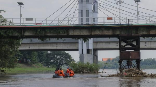Pemerintah Kota Kediri, dalam hal ini BPBD, DLHKP dan DPUPR melakukan kegiatan susur sungai brantas Kota Kediri, Kamis (11/02/2021). (Foto: Ist)