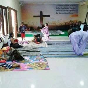 Viral Foto Seorang Perempuan Khusyuk Salat di Gereja Kudus, Indahnya Toleransi!