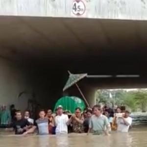 Warga Terjang Banjir 1 Meter untuk Antar Jenazah ke Pemakaman
