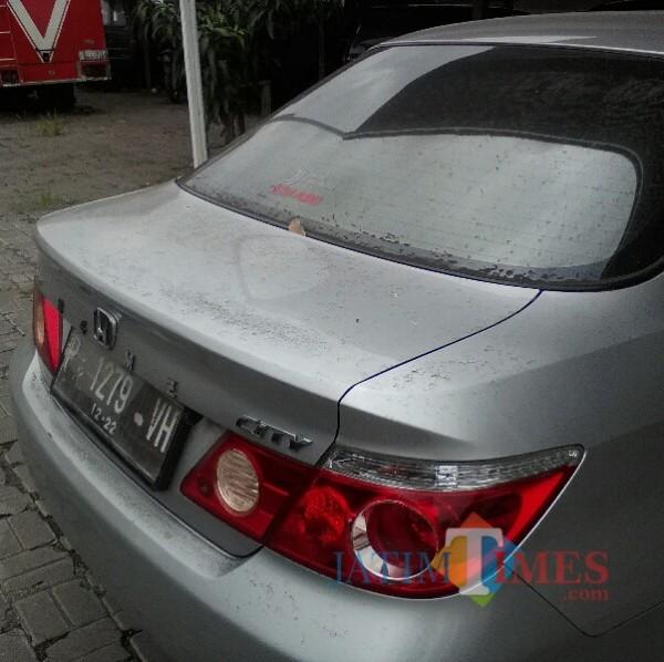 Abu letusan Gunung Raung yang menempel pada mobil di kantor BPKAD Banyuwangi (Nurahdi Banyuwangi/ JatimTIMES)