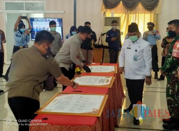Kakanwil Kemenkumham Jatim, Krismono saat akan menandatangani deklarasi pengkukuhan di Malang (Anggara Sudiongko/MalangTIMES)