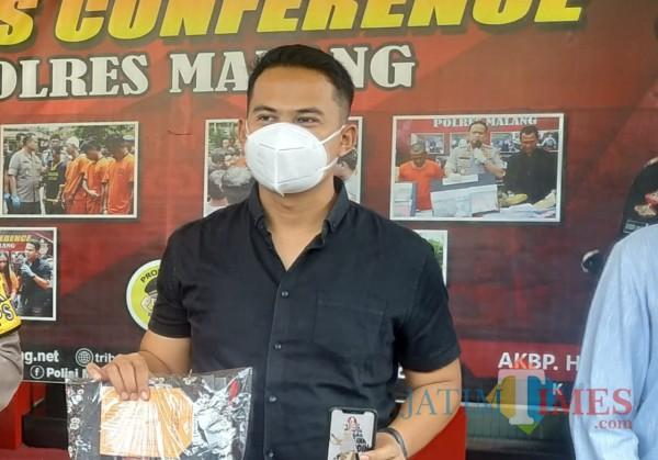 Kasat Reskrim Polres Malang, AKP Tiksnarto Andaru Rahutomo saat ungkap kasus di Mapolres Malang beberapa bulan silam (Hendra Saputra/MalangTIMES)