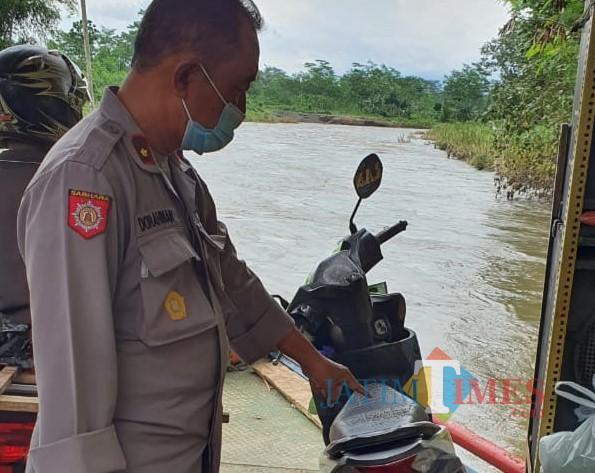Polisi menunjukkan sepeda motor yang digunakan korban