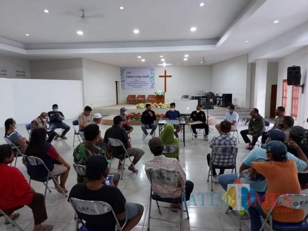 Suasana saat proses mediasi antara warga sekitar dengan pihak Yayasan Ekklesia Sukun, Jumat (12/2/2021). (Foto: Tubagus Achmad/MalangTIMES)