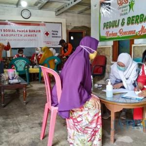 Pasca Banjir, PMI Jember Gelar Baksos Cek Kesehatan Warga dan Bagikan Sembako