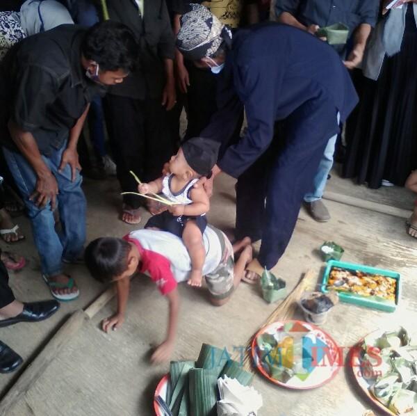 Pelaksanaan Tradisi Mudun Lemah Masyarakat Oesing kampung Dukuh desa/kecamatan  Glagah Banyuwangi Nurhadi Banyuwangi Jatim Times