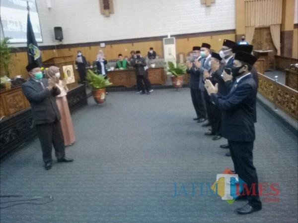 Contoh pemberian ucapan selamat bagi anggota dewan sesuai dengan protokol kesehatan (Nurhadi Banyuwangi/ JatimTIMES)