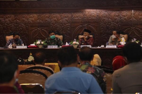 Jajaran Forkopimda Kabupaten Malang saat membahas soal anggaran ketika rapat koordinasi persiapan PPKM mikro, Kamis (11/2/2021). (Foto: Istimewa)