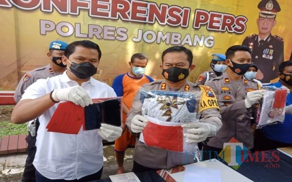 Kapolres Jombang AKBP Agung Setyo Nugroho menunjukkan barang bukti persetubuhan kiai dengan santrinya. (Foto : Adi Rosul / JombangTIMES)