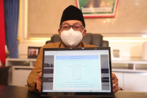 Wali Kota Malang Sutiaji saat menunjukkan laporan SPT tahunan melalui e-Filling. (Foto: Humas Pemkot Malang for MalangTIMES).