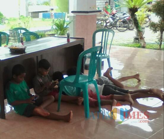 Anak-anak yang bermain game dengan tidak mematuhi protokol kesehatan (Nurhadi Banyuwangi Jatim Times)