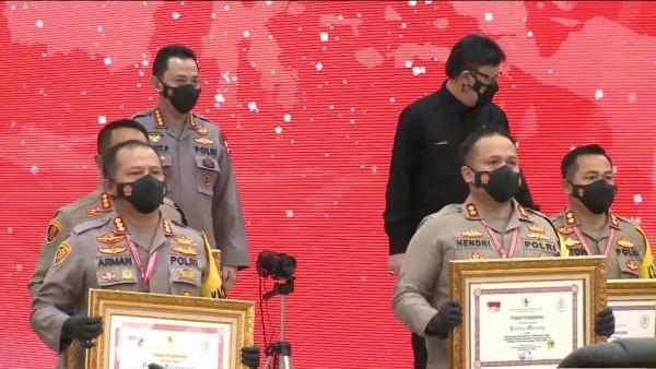 Kapolres Malang, AKBP Hendri Umar (tengah) saat menerima penghargaan dari Men PAN-RB (istimewa)
