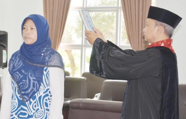 Prof Dr Roihatul Mutiah SF, MKes Apt, saat dilantik menjadi Wakil Dekan bidang akademik beberapa waktu lalu (UIN Malang)
