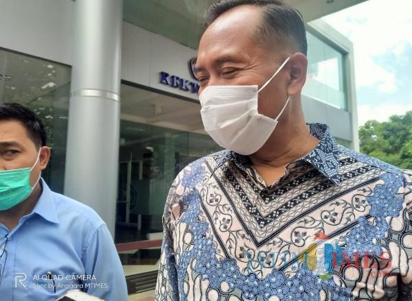 Rektor UMM Dr M. Fauzan MPd saat ditemui di depan gedung rektorat UMM. (Foto: Anggara Sudiongko/MalangTIMES)