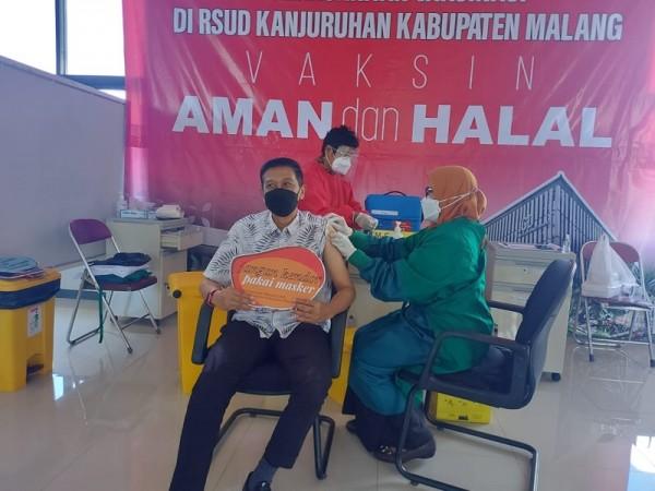 Sekda Kabupaten Malang Wahyu Hidayat (kemeja putih) saat menerima suntikan vaksin covid-19 tahap pertama. (Foto: Istimewa)
