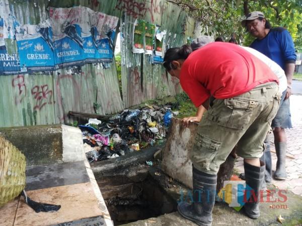 Temuan-Sampah-di-Saluran-Drainase-Buat-Petugas-DPUPRPKP-Kota-Malang-Geleng-Kepala-1852141ab8b6150f2.jpg