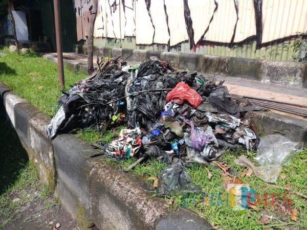 Temuan-Sampah-di-Saluran-Drainase-Buat-Petugas-DPUPRPKP-Kota-Malang-Geleng-Kepala-289005d1836704e98.jpg