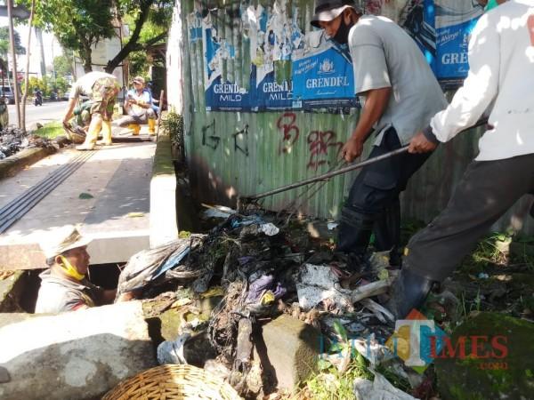 Temuan-Sampah-di-Saluran-Drainase-Buat-Petugas-DPUPRPKP-Kota-Malang-Geleng-Kepala-319c4030cea422731.jpg