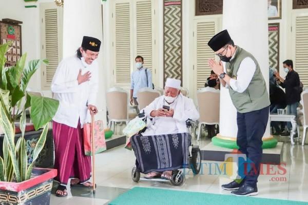 Bupati Pamekasan Baddrut Tamam bersama KH. Taufiqurrahman usai acara penyerahan naskah hasil kajian pemekaran Kabupaten Pamekasan (Istimewa/JatimTimes.com)