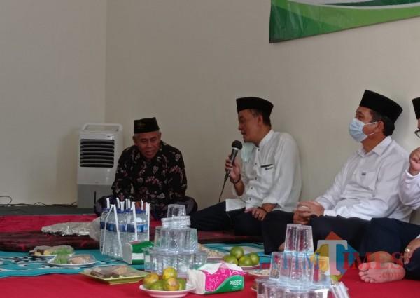 KH Marzuki Mustamar (paling kiri) saat berkunjung ke Rumah Sedekah NU (Hendra Saputra)