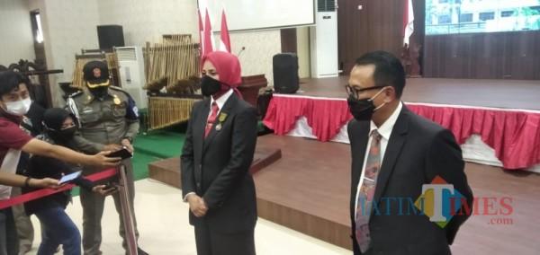 dr. Faida MMR bersama dengan Plh Bupati Jember Hadi Sulistyo saat memberikan keterangan pers usai Sertijab (foto : Moh. Ali Makrus / Jatim TIMES)