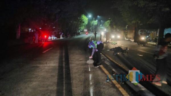 Polisi langsung datang ke TKP untuk mengevakuasi korban (Foto : Satlantas Polres Lumajang)