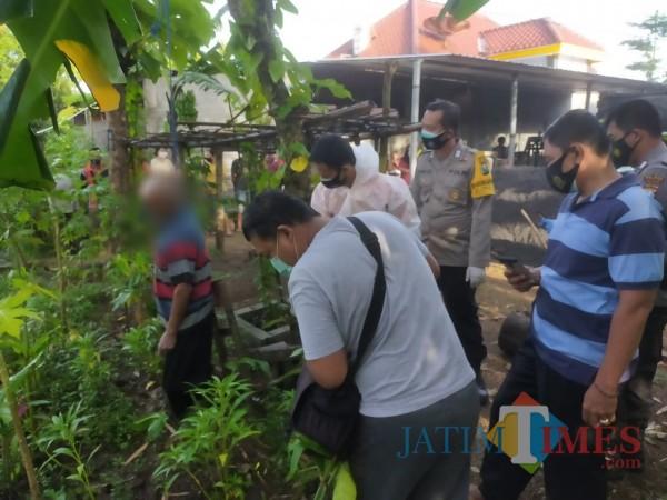Polisi mengevakuasi jasad kakek YSM dari pohon mangga
