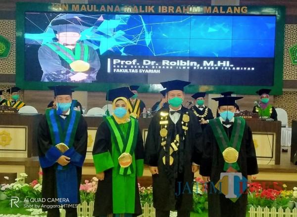 Prof Abdul Haris (dua dari kanan) usai mengkukuhkan tiga Guru Besar baru (Anggara Sudiongko/MalangTIMES)