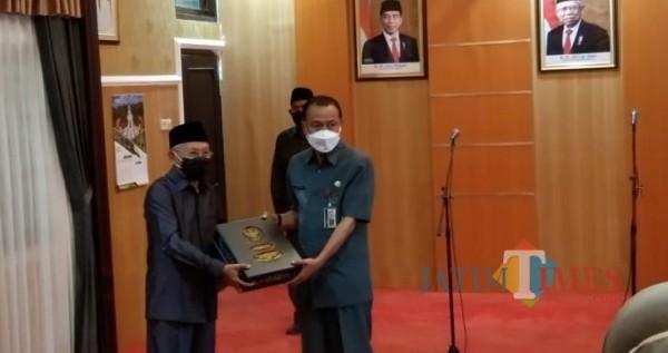 Prosesi serah terima jabatan Bupati Sumenep, A. Busyro Karim kepada Plh Bupati, Edy Rasiyadi di ruang VIP rumah dinas bupati setempat (Foto: Ist/JatimTIMES)