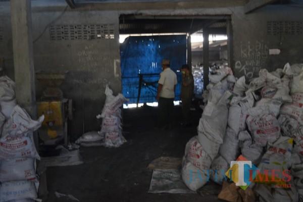 Petugas Satpol PP Jombang saat gerebek lokasi pengolahan limbah B3. (Istimewa)