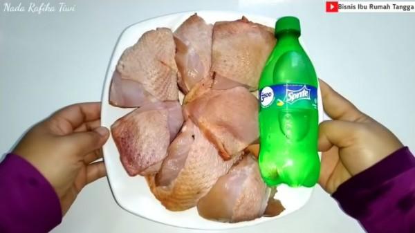 Rebus ayam dengan Sprite (Foto: YouTube  BISNIS IBU RUMAH TANGGA)