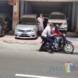 Tak Pakai Masker, Pengendara Motor di Blitar Tabrak Petugas Operasi Yustisi