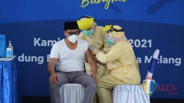 Wakil Wali Kota Malang Sofyan Edi Jarwoko (baju putih) saat menjalani vaksinasi Covid-19 beberapa waktu lalu. (Ahmad Amin/MalangTIMES).