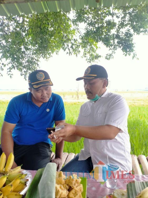 Anggota DPRD Tulungagung Choirurrohim (kanan) usai melakukan serap aspirasi masyarakat. (Foto: Muhsin/TulungagungTIMES)