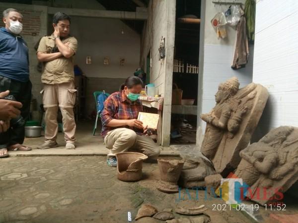 BPCB Jatim saat memeriksa temuan arca Siwa-Parwati (Joko Pramono Jatim TIMES)