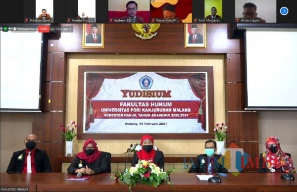 Fakultas Hukum Unikama saat melakukan prosesi yudisium 20 mahasiswa. (Anggara Sudiongko/MalangTIMES)