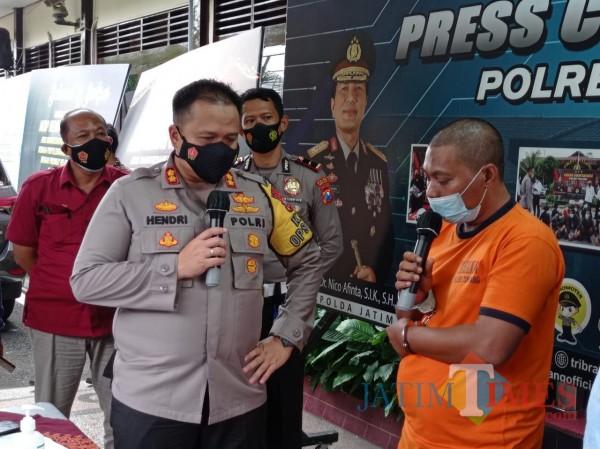 Kapolres Malang AKBP Hendri Umar (kiri) saat menginterogasi pelaku yang mengaku ulama (Hendra Saputra/MalangTIMES)