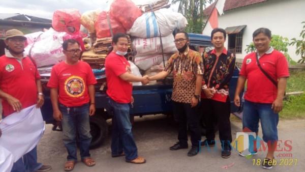 Komunitas Wonge dewe saat menyerahkan hasil sedekah sampah kepada Paku Banksa binaan DLH Tulungagung (Foto: dok. Pribadi)