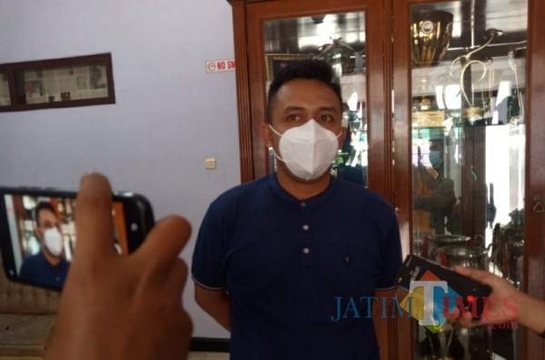 Media Officer Persik Kediri Anwar Bhahar Bassalah saat memberikan keterangan.(eko arif s/Jatimtimes)