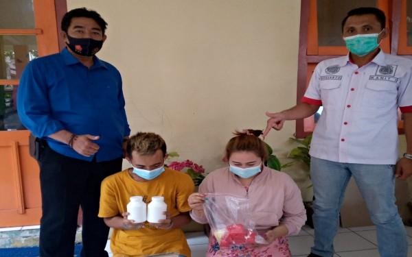 Pasutri bandar sabu beromzet miliaran rupiah saat diamankan di Mapolres Jombang. (Istimewa)