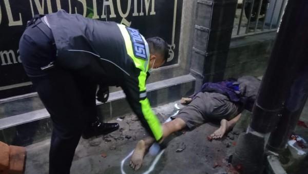 Petugas Unit Laka Lantas Polresta Malang Kota saat melakukan olah TKP (Tempat Kejadian Perkara), Kamis (18/2/2021). (Foto: Unit Laka Lantas Polresta Malang Kota)
