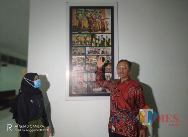 Rektor UIN MALIKI Malang, Prof Abdul Haris saat menunjukan foto para mahasiswa asing yang tengah belajar di Fakultas Humaniora (Anggara Sudiongko/MalangTIMES