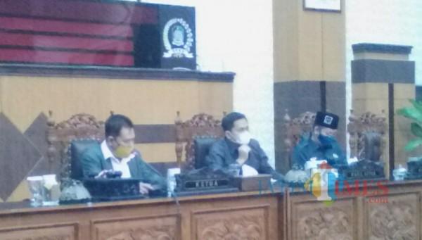 Ruliyono (paling kiri), pimpinan rapat paripurna DPRD tentang nota pengantar LPKJ bupati Banyuwangi tahun 2020 (Nurhadi Banyuwangi Jatim Times)