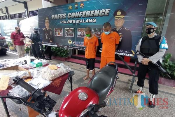 Tersangka NP (baju orange kiri) dan RB saat dirilis Polres Malang, Jumat (19/2/2021) (Hendra Saputra/MalangTIMES)