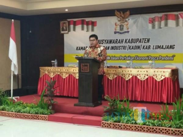Agus Setiawan ketika memberikan sambutan pada Mukab Kadin Lumajang (Foto : Moch. R. Abdul Fatah / Jatim TIMES)