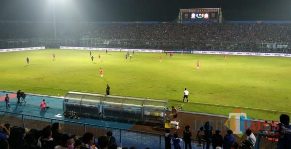 Aremania saat memenuhi Stadion Kanjuruhan dalam sebuah laga Arema. (Foto: Dok JatimTIMES)