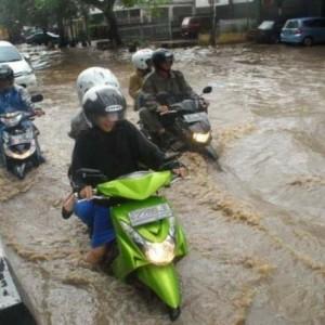 Tak Wajib ke Bengkel, Begini Cara Atasi Motor Mogok akibat Nekat Terjang Banjir