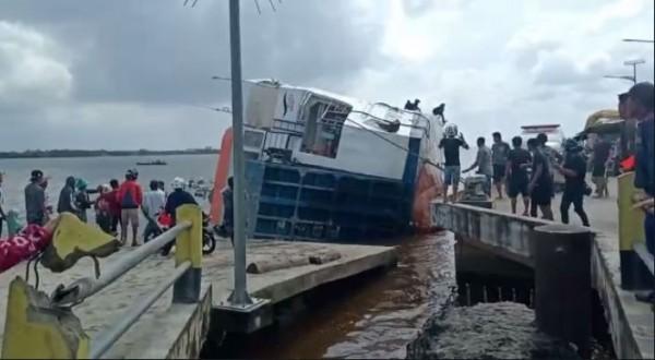 Kapal terbalik di Kalimantan Barat (Foto: Screenshoot)