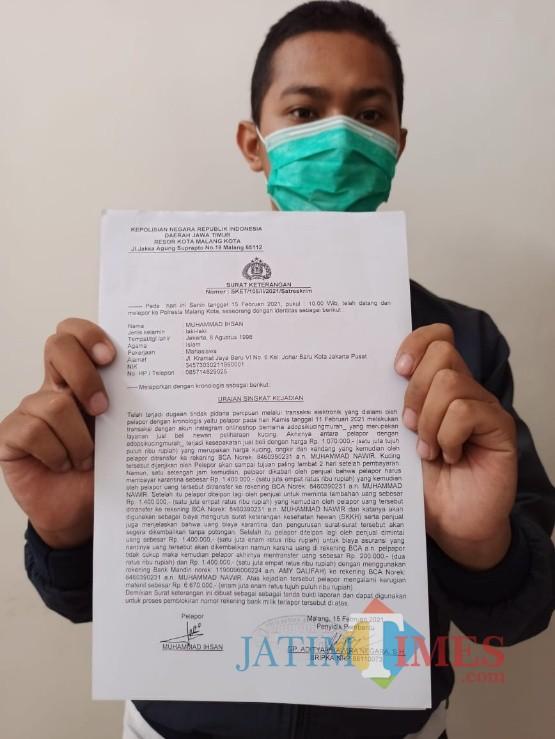Pemuda bernama Ihsan (24) menunjukkan surat laporan kepolisian atas dugaan tindakan penipuan yang dialaminya. (Foto: Dok. MalangTIMES)