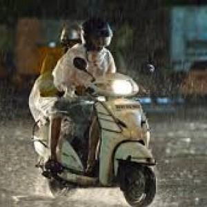 4 Barang Ini Perlu Dibawa Pengendara Motor di Kala Musim Hujan